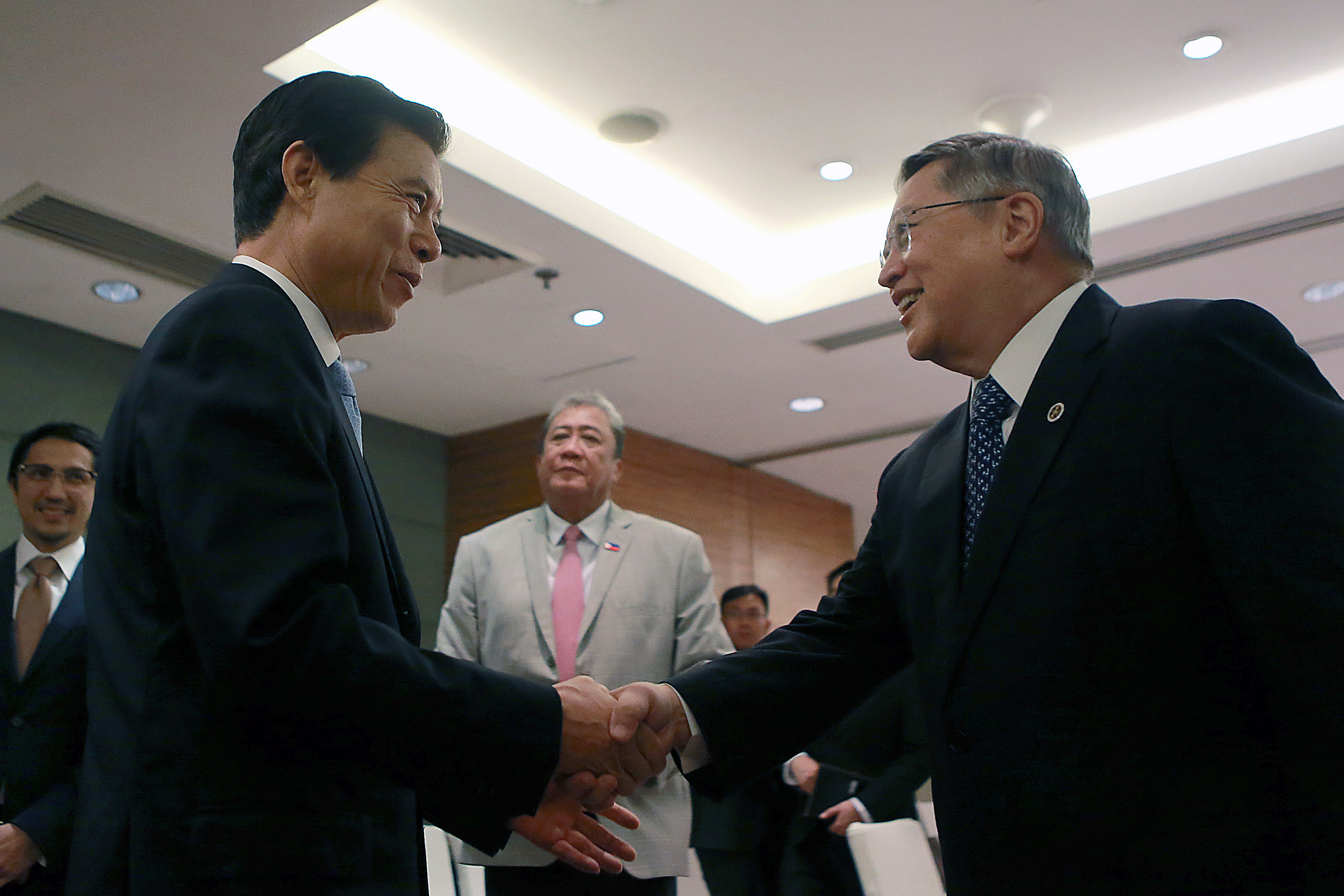PASAY CITY, September 9, 2017 (Xinhua) -- Chinese Commerce Minister Zhong Shan (L) shakes hands with Philippine Department of Finance Secretary Carlos Dominguez III (R) during their bilateral meeting on the sidelines of the 49th Meeting of the ASEAN Economic Ministers and related meetings in Pasay City, the Philippines, September 9, 2017. (Xinhua/ROUELLE UMALI) 马尼拉分社王羽记者2017年9月9日审